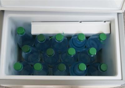 Stehend passen bis zu 14 Ein-Liter-Wasserflaschen