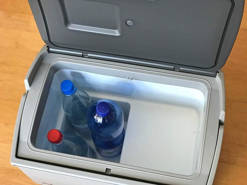 Zwei 1-Liter- und eine 1,5-Literflasche im Waeco CDF-18